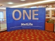 MetLife 5 × 3 méretű íves pop-up fal