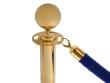Arany színű kordonoszlop, kék színű kötéllel